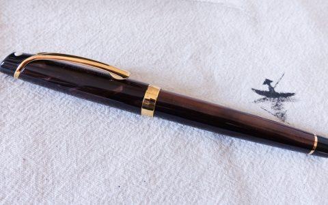 嵌入式笔尖犀飞利威龙赛璐珞14K钢笔评测