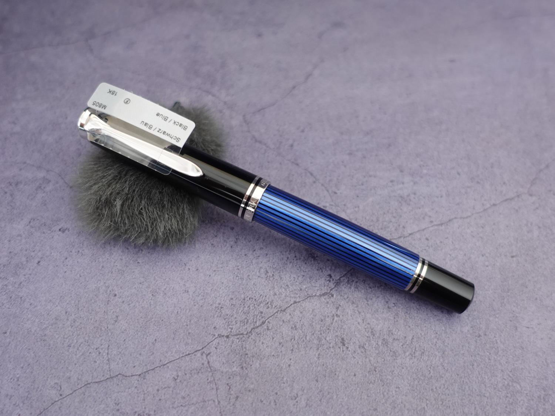 百利金M805蓝条18K活塞钢笔-01